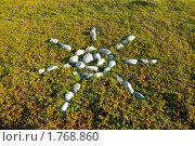Фигура солнца из камней на траве. Стоковое фото, фотограф Вероника Денега / Фотобанк Лори