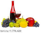 Натюрморт - красное вино, виноград и другие фрукты на белом фоне. Стоковое фото, фотограф pzAxe / Фотобанк Лори