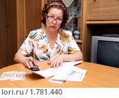 Купить «Женщина считает деньги для оплаты коммунальных услуг», фото № 1781440, снято 19 июня 2010 г. (c) Андрей Аркуша / Фотобанк Лори