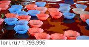 Купить «Пластмассовые чашечки в воде. Фрагмент аттракциона», эксклюзивное фото № 1793996, снято 24 июля 2008 г. (c) Алёшина Оксана / Фотобанк Лори