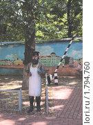 Сквер на Пятницкой улице. Дворник (2010 год). Редакционное фото, фотограф Илюхина Наталья / Фотобанк Лори
