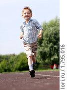 Купить «Бегущий радостный мальчик», фото № 1795016, снято 24 июня 2010 г. (c) Андрей Аркуша / Фотобанк Лори