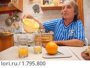 Купить «Мужчина разливает по стаканам апельсиновый фреш, приготовленный в домашних условиях», фото № 1795800, снято 25 июня 2010 г. (c) Анна Мартынова / Фотобанк Лори