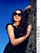 Портрет молодой брюнетки возле дерева. Стоковое фото, фотограф Андрей Цалко / Фотобанк Лори