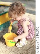 Купить «Ребенок в песочнице», фото № 1816316, снято 31 мая 2010 г. (c) yarruta / Фотобанк Лори