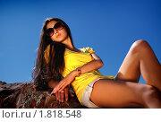 Девушка в солнцезащитных очках на фоне синего неба. Стоковое фото, фотограф Андрей Цалко / Фотобанк Лори
