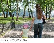 Купить «Женщина с ребенком гуляют по парку, держась за руки», фото № 1819764, снято 5 июля 2010 г. (c) Михаил Павлов / Фотобанк Лори