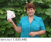 Купить «Женщина держит в руках сберегательную книжку и пятитысячные купюры», эксклюзивное фото № 1830440, снято 11 июля 2010 г. (c) Ольга Линевская / Фотобанк Лори