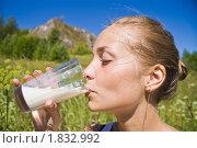 Девушка пьёт молоко. Стоковое фото, фотограф Андрей Ярославцев / Фотобанк Лори