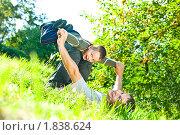Папа с сыном играют на траве. Стоковое фото, фотограф Игорь Губарев / Фотобанк Лори