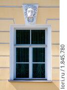Окно с барельефом в виде головы льва в президентской библиотеке имени Б.Н. Ельцина. Стоковое фото, фотограф Борикова Анна Сергеевна / Фотобанк Лори