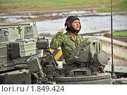 Купить «Российский военнослужащий в люке бронемашины отдает воинское приветствие», фото № 1849424, снято 3 июля 2010 г. (c) Владимир Сергеев / Фотобанк Лори