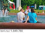 Купить «Отдых у фонтана», эксклюзивное фото № 1849780, снято 16 июля 2010 г. (c) Алёшина Оксана / Фотобанк Лори