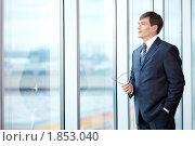 Купить «Мужчина в деловом костюме смотрит в окно», фото № 1853040, снято 17 июня 2010 г. (c) Raev Denis / Фотобанк Лори