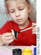 Купить «Девочка раскрашивает поделку», фото № 1859980, снято 24 июля 2010 г. (c) Круглов Олег / Фотобанк Лори
