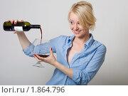 Девушка наливает вино в большой бокал. Стоковое фото, фотограф Лысиков Евгений / Фотобанк Лори