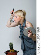 Девушка пробует из половника ананас на вкус. Стоковое фото, фотограф Лысиков Евгений / Фотобанк Лори