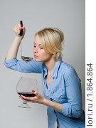 Девушка пробует на вкус вино из большого бокала. Стоковое фото, фотограф Лысиков Евгений / Фотобанк Лори