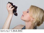 Девушка смотрит на черный виноград. Стоковое фото, фотограф Лысиков Евгений / Фотобанк Лори