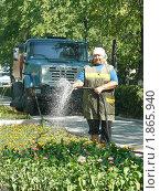 Поливает клумбы (2010 год). Редакционное фото, фотограф Татьяна Уваровская / Фотобанк Лори