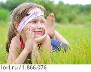 Девочка лежит на траве смотрит вдаль. Стоковое фото, фотограф Ирина Апарина / Фотобанк Лори