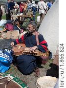 Викинг - музыкант (2010 год). Редакционное фото, фотограф Накип Садыков / Фотобанк Лори