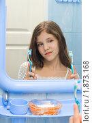 Купить «Одна нерешительная девочка и две зубные щетки», фото № 1873168, снято 22 июня 2018 г. (c) Яна Гуляновская / Фотобанк Лори