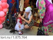 Маленькая татарочка и ее молодая мама у национальной палатки в день города Заводоуковск (2010 год). Редакционное фото, фотограф Анатолий Матвейчук / Фотобанк Лори