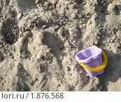 Сиреневое детское ведерко на песке. Стоковое фото, фотограф Ольга Косилова / Фотобанк Лори