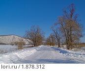 Купить «Зимний пейзаж с полевой дорогой в солнечный день», фото № 1878312, снято 17 февраля 2010 г. (c) Олег Рубик / Фотобанк Лори