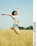Купить «Девушка подпрыгивает в пшеничном поле», фото № 1879808, снято 28 июля 2010 г. (c) Яков Филимонов / Фотобанк Лори