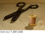 Старинная катушка ниток и ножницы. Стоковое фото, фотограф Сергей Флоренцев / Фотобанк Лори