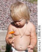 Купить «Малышка с цветочком», фото № 1886416, снято 3 августа 2010 г. (c) Катерина Макарова / Фотобанк Лори