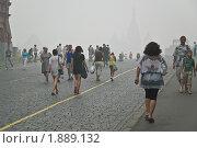 Купить «Люди идут  на Красную площадь. Смог, дым», эксклюзивное фото № 1889132, снято 7 августа 2010 г. (c) Алёшина Оксана / Фотобанк Лори