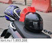 Купить «Мотошлемы на сиденье мотоцикла», эксклюзивное фото № 1893268, снято 7 августа 2010 г. (c) Алёшина Оксана / Фотобанк Лори