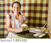 Купить «Женщина готовит пироги», фото № 1893932, снято 29 июля 2010 г. (c) Яков Филимонов / Фотобанк Лори