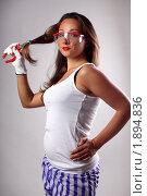 Девушка в белой майке вытягивает волосы красными плоскогубцами. Стоковое фото, фотограф Лысиков Евгений / Фотобанк Лори