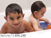 Два мальчика купаются в ванной. Стоковое фото, фотограф Василий Геворкян / Фотобанк Лори