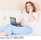 Купить «Беременная женщина с ноутбуком и мобильным телефоном», фото № 1905076, снято 7 февраля 2010 г. (c) Ирина Солошенко / Фотобанк Лори