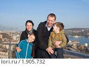Купить «Счастливая семья на фоне своего города», фото № 1905732, снято 14 мая 2010 г. (c) Наталья Чуб / Фотобанк Лори