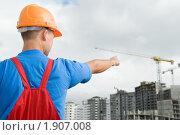 Купить «Строитель показывает на стройку», фото № 1907008, снято 29 июля 2010 г. (c) Дмитрий Калиновский / Фотобанк Лори