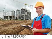 Купить «Строитель с планшетом», фото № 1907064, снято 29 июля 2010 г. (c) Дмитрий Калиновский / Фотобанк Лори