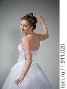 Купить «Невеста танцует в студии», фото № 1911020, снято 9 апреля 2009 г. (c) Артем Костров / Фотобанк Лори