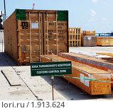 Купить «Грузы в зоне таможенного контроля морского порта», фото № 1913624, снято 19 августа 2010 г. (c) Анна Мартынова / Фотобанк Лори