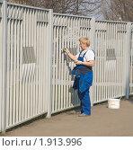 Купить «Женщина маляр красит забор», эксклюзивное фото № 1913996, снято 14 апреля 2010 г. (c) Алёшина Оксана / Фотобанк Лори