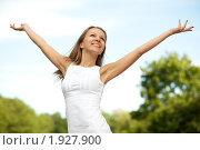 Купить «Красивая девушка на фоне голубого неба», фото № 1927900, снято 27 июня 2010 г. (c) Мельников Дмитрий / Фотобанк Лори