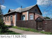 Купить «Углич. Одноэтажный жилой дом с деревянным забором», эксклюзивное фото № 1928992, снято 14 августа 2010 г. (c) lana1501 / Фотобанк Лори
