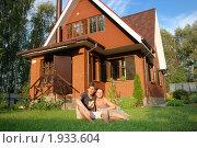 Купить «Молодая пара около нового дома», фото № 1933604, снято 31 июля 2010 г. (c) Дмитрий Яковлев / Фотобанк Лори