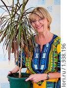 Купить «Женщина держит горшок с растением», эксклюзивное фото № 1938196, снято 23 августа 2010 г. (c) Куликова Вероника / Фотобанк Лори