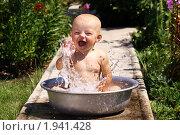 Купить «Маленькая девочка купается в тазике», фото № 1941428, снято 24 августа 2019 г. (c) Андрей Аркуша / Фотобанк Лори